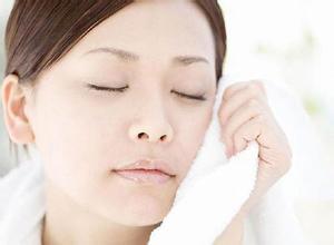 """秋季皮肤过敏怎么办? 8个错误洗脸方法让你""""毁容""""!"""