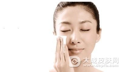 油性皮肤怎么办 怎么改善易长痘的油性皮肤