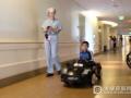 为缓解紧张感,美国一医院用遥控小轿车把患儿送进手术室