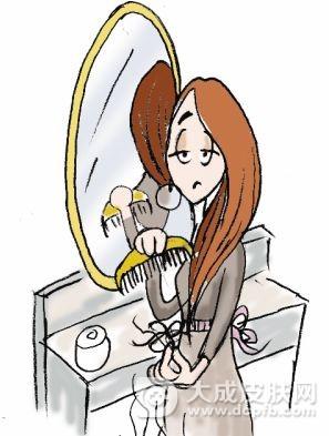 女子染发竟大把掉发 只能剃光全头